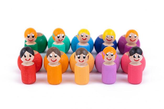 Primer plano de un juguete para niños hecho de madera natural en forma de personitas de diferentes colores. Foto Premium