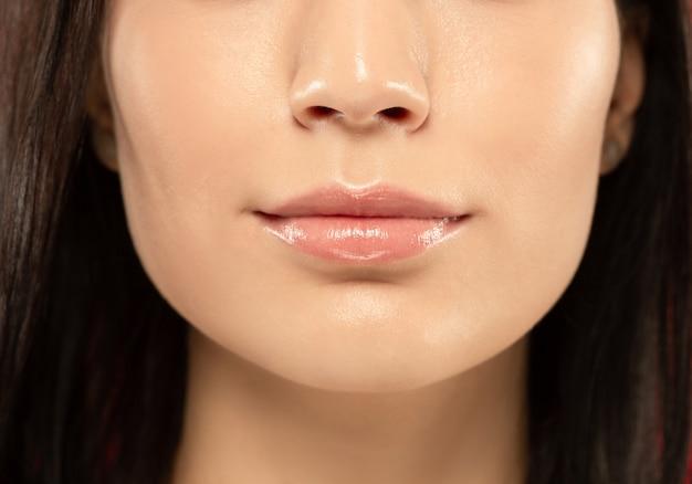Primer plano de labios carnosos de hermosa mujer joven. Foto gratis