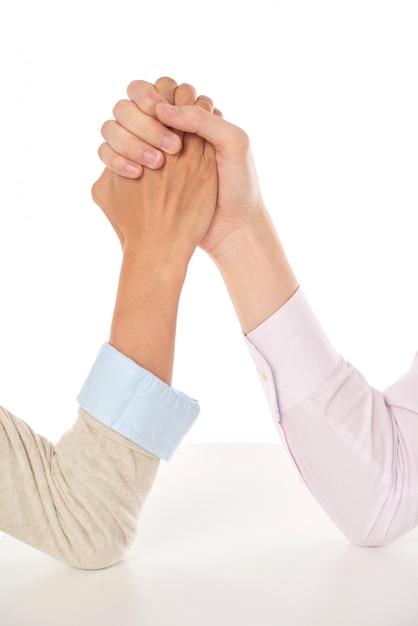 Primer plano de lucha de manos, concepto de negocio y competencia profesional Foto gratis