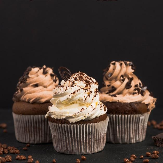 Primer plano de magdalenas de chocolate sobre fondo oscuro Foto gratis
