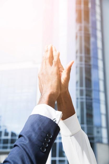 Primer plano de la mano del hombre de negocios y de la empresaria que da el alto cinco Foto gratis