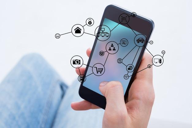 Primer plano de la mano de un hombre utilizando su teléfono móvil Foto gratis