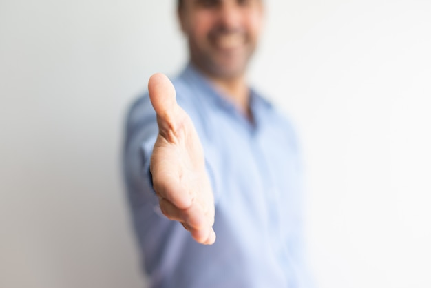 Primer plano de la mano de ofrecimiento del hombre de negocios para el apretón de manos Foto gratis