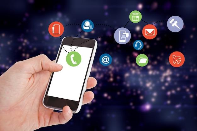 Primer plano de mano sujetando un móvil con coloridos iconos de aplicaciones Foto gratis