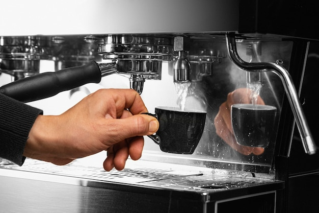 Primer plano, mano, tenencia, taza de café Foto gratis