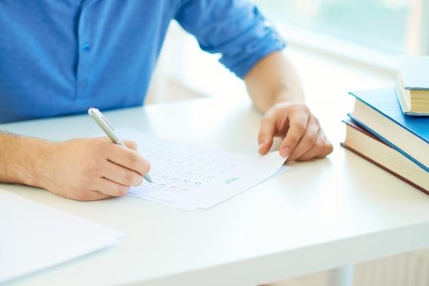 Primer plano de manos y examen Foto gratis
