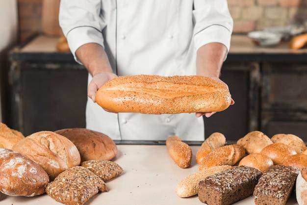 Primer Plano De Las Manos De Panadero Masculino Con Pan Fresco Foto Gratis Nosotros que fuimos tan sinceros que desde que nos vimos amándonos estamos nosotros que del amor hicimos un sol maravilloso romance tan divino. panadero masculino con pan fresco