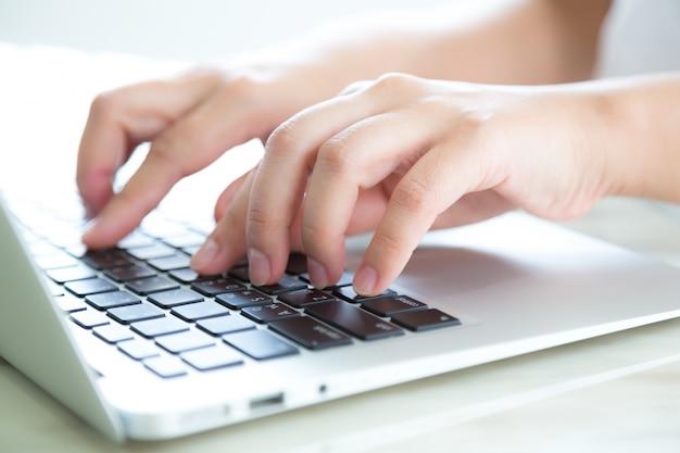 Primer plano de manos presionando el teclado Foto gratis
