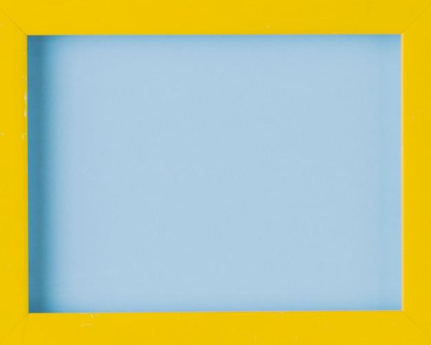 Primer plano de marco de fotos en blanco borde de madera amarilla Foto gratis