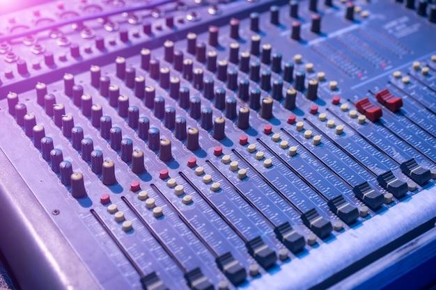 Primer plano de mezclador de música Foto gratis