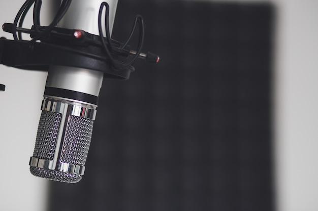 Primer plano de un micrófono en una habitación Foto gratis