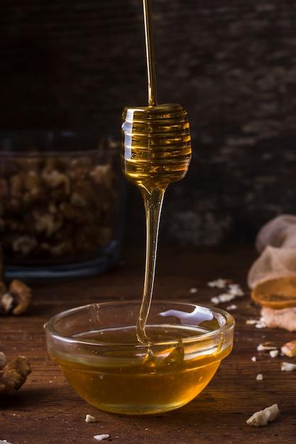 Primer plano de miel orgánica vertiendo Foto gratis