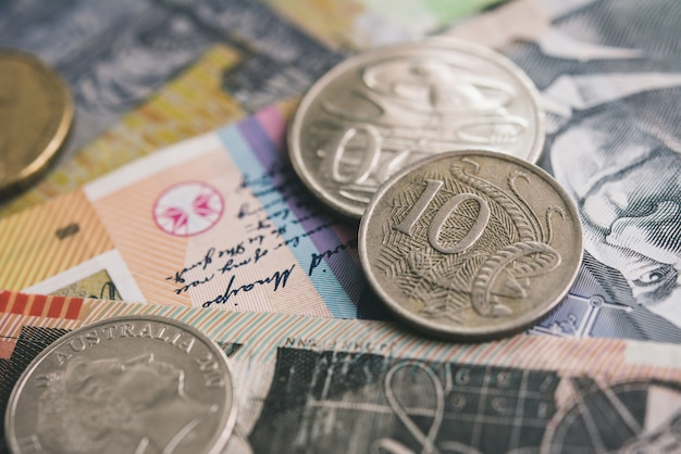 Primer plano de la moneda del dólar australiano dinero billetes y monedas Foto Premium