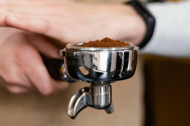 Primer plano de mujer barista con máquina de café Foto Premium