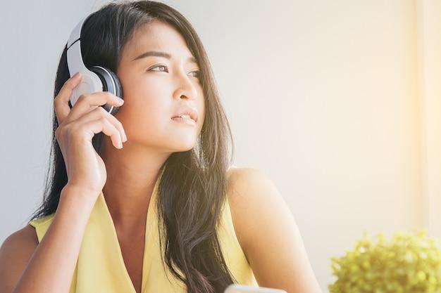 ceea314093cbc Primer plano de mujer bonita relajante con música en humor de ...
