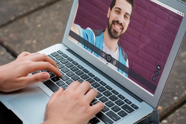 Primer plano de mujer chateando en línea con su amiga Foto Premium