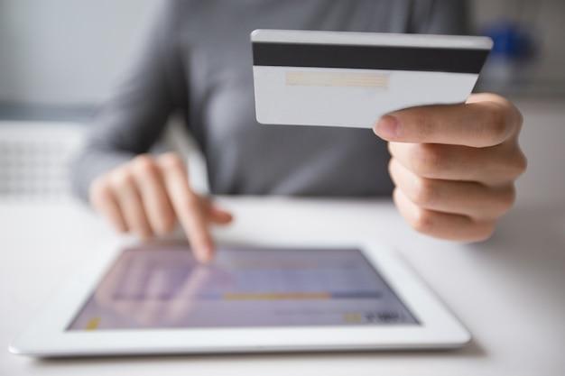 Primer plano de la mujer de compras en línea en tablet pc Foto gratis