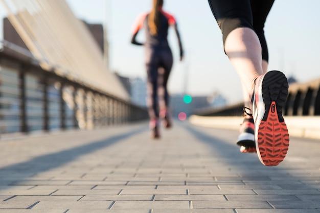 Primer plano de mujer corriendo con fondo desenfocado Foto gratis