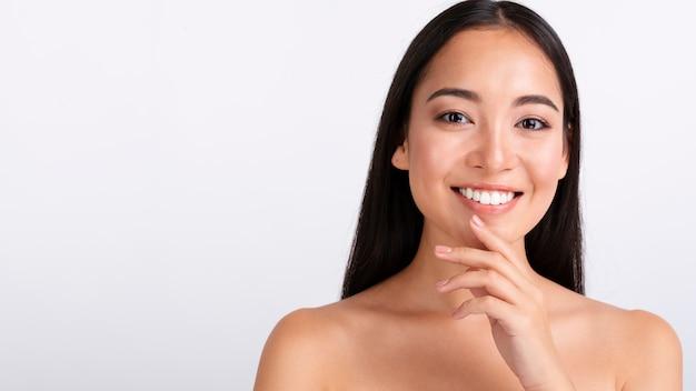 Primer plano mujer feliz con cabello castaño Foto gratis