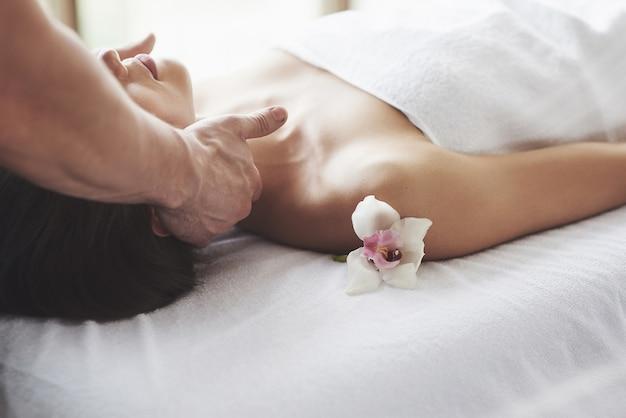 Primer plano de una mujer joven recibe un masaje en el salón de belleza. procedimientos para piel y cuerpo. Foto gratis