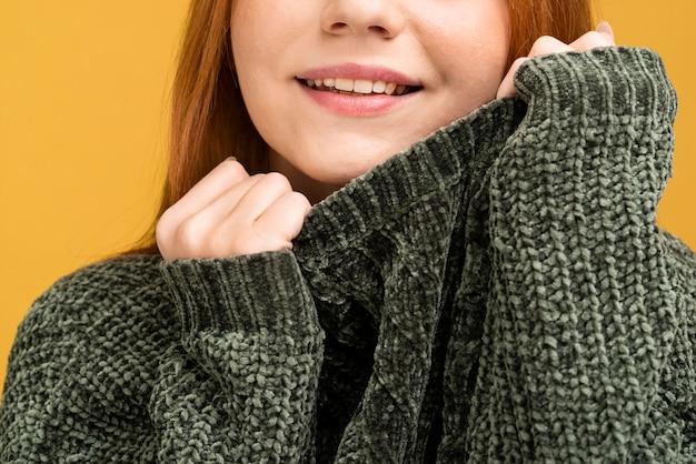 Primer plano mujer sonriente en suéter Foto gratis