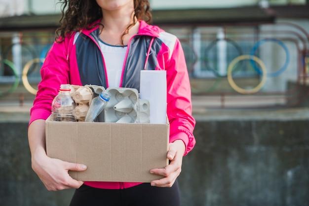 Primer plano de mujer sosteniendo reciclar caja de cartón Foto gratis