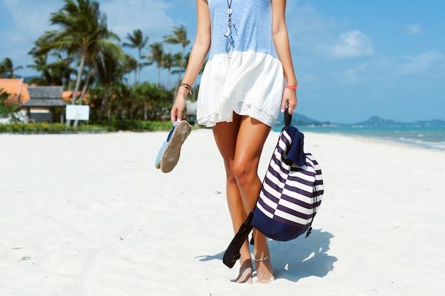 d0d2c0184 Primer plano de mujer sujetando su mochila y sandalias en la playa |  Descargar Fotos gratis