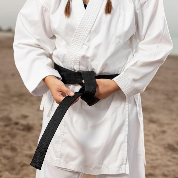 Primer plano de mujer en traje de artes marciales Foto gratis