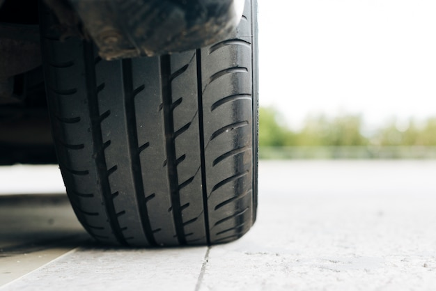 Primer plano de neumático negro Foto gratis