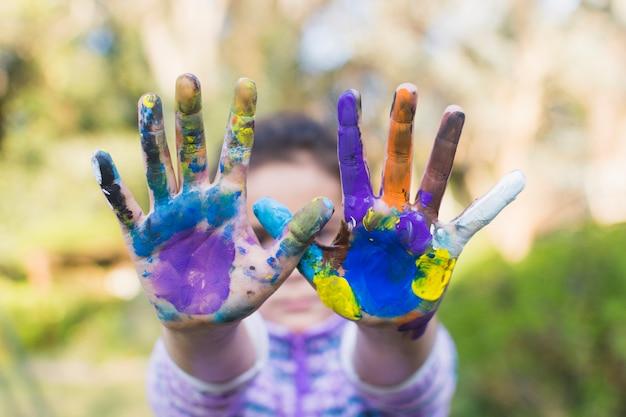 Primer plano, de, un, niña, actuación, pintado, manos Foto gratis