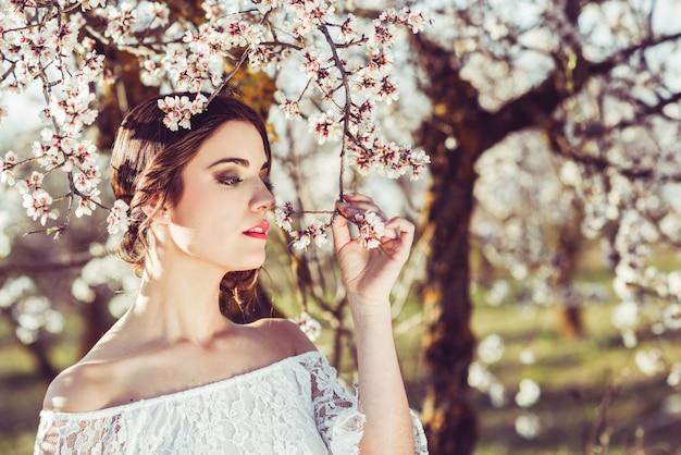 Primer plano de novia oliendo una flor Foto gratis