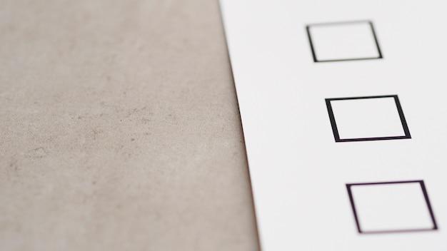 Primer plano del nuevo cuestionario electoral de alto ángulo Foto gratis