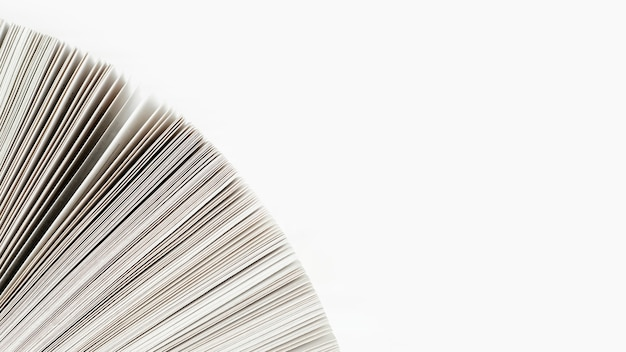 Primer plano de papel de libro con fondo blanco. Foto gratis