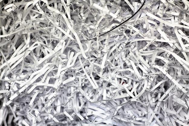 Primer plano de papel triturado de una trituradora de papel Foto Premium