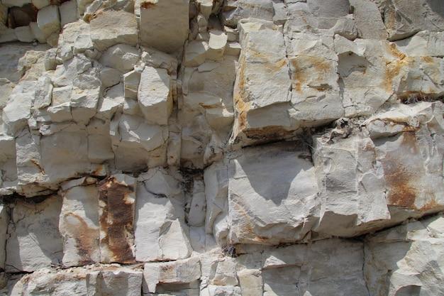 Primer plano de una pared de piedra caliza con patrón cuboidal en arnager, bornholm Foto gratis