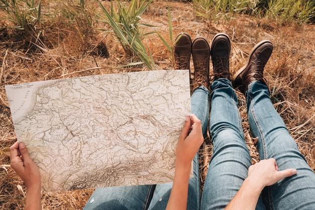 Primer plano pareja mirando en un mapa Foto gratis