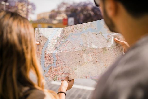 Primer plano, de, pareja, mirar, mapa Foto gratis