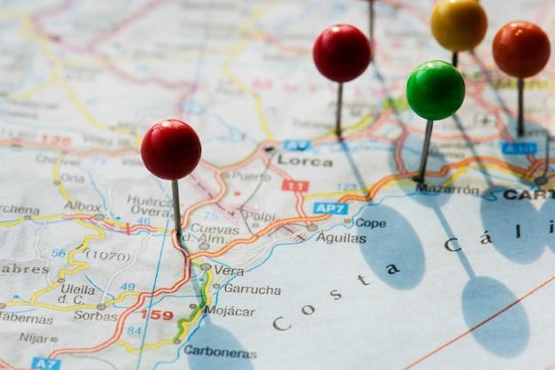 Primer plano de los pasadores en el mapa de viaje de planificación de viaje Foto gratis