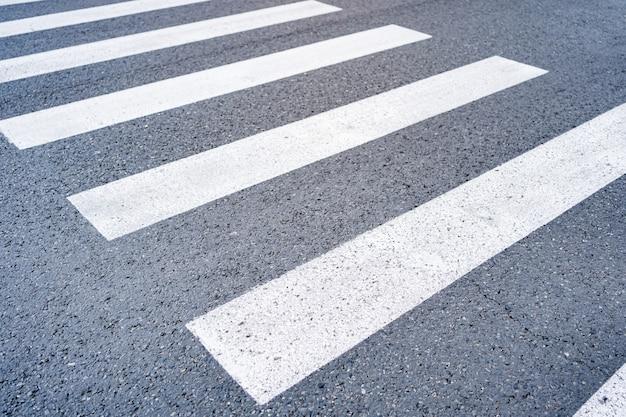 Primer plano paso de cebra desde la calle vacía Foto gratis