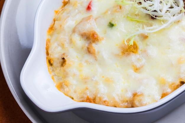Primer plano de pasta con queso fundido Foto gratis