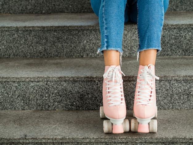Primer plano de patines y escaleras Foto gratis