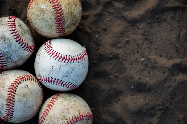 Primer plano de pelotas de béisbol sucias con espacio de copia Foto gratis