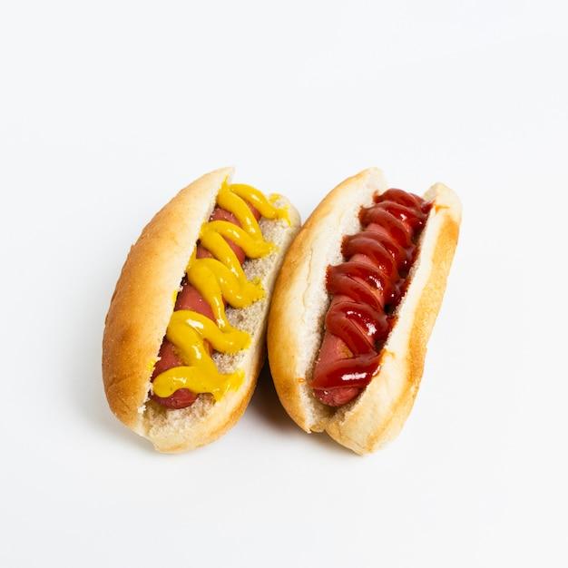 Primer plano de perritos calientes en mesa blanca Foto gratis