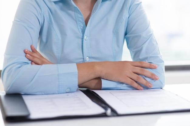 Primer plano de la persona de negocios que lee el documento Foto gratis