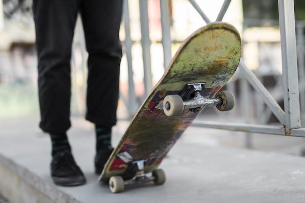 Primer plano de pies practicando con la patineta Foto gratis