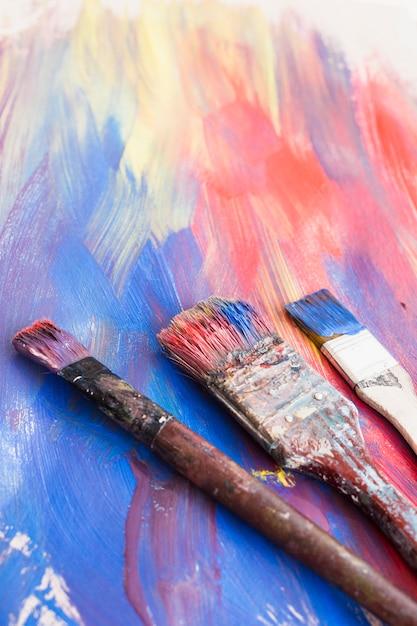 Primer plano de pinceles y fondo con textura abstracta Foto gratis