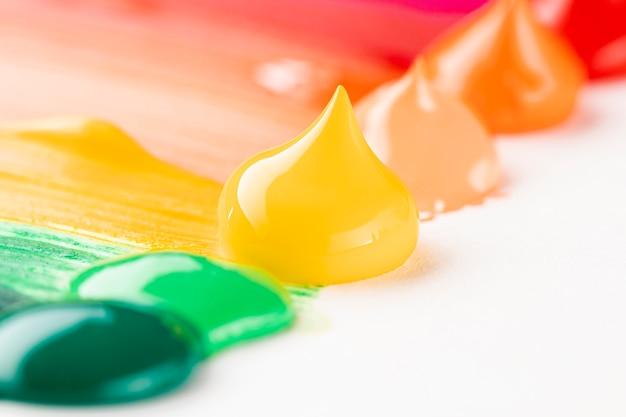 Primer plano de pintura colorida en mesa blanca Foto gratis