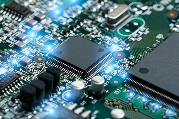 Primer plano de la placa de circuito electrónico con cpu microchip componentes electrónicos de fondo Foto gratis