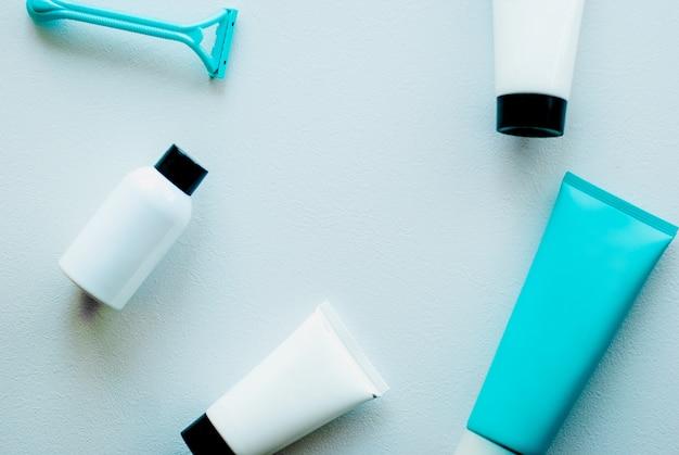 Primer plano de productos cosméticos. conjunto de elementos esenciales para el cuidado de la piel. Foto Premium
