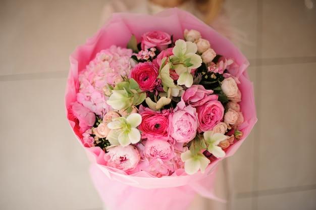 Primer plano de ramo de varias flores rosadas Foto Premium